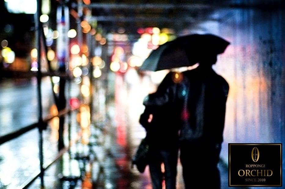相合い傘でデート中のカップル